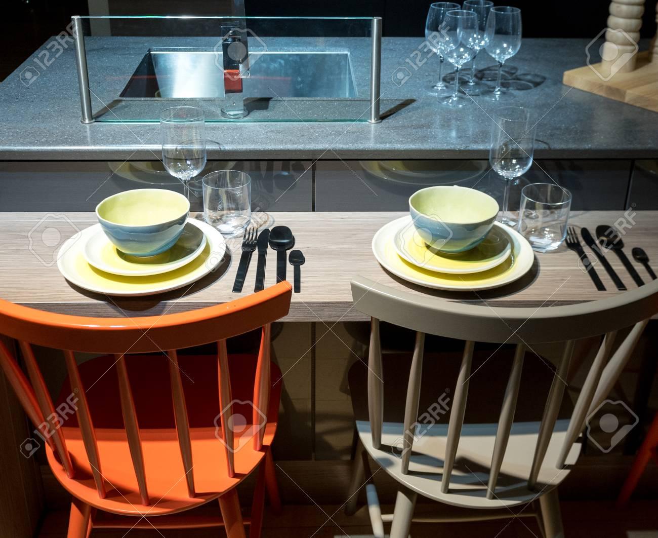 Moderne Und Stilvolle Küche Frühstück Bar Mit Geschirr Und ...