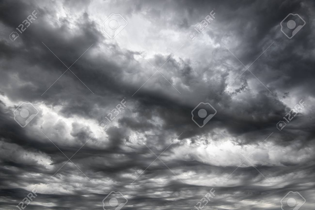 暗い灰色の重い雲に劇的な嵐の空 折り返し 生地 背景 アパレル