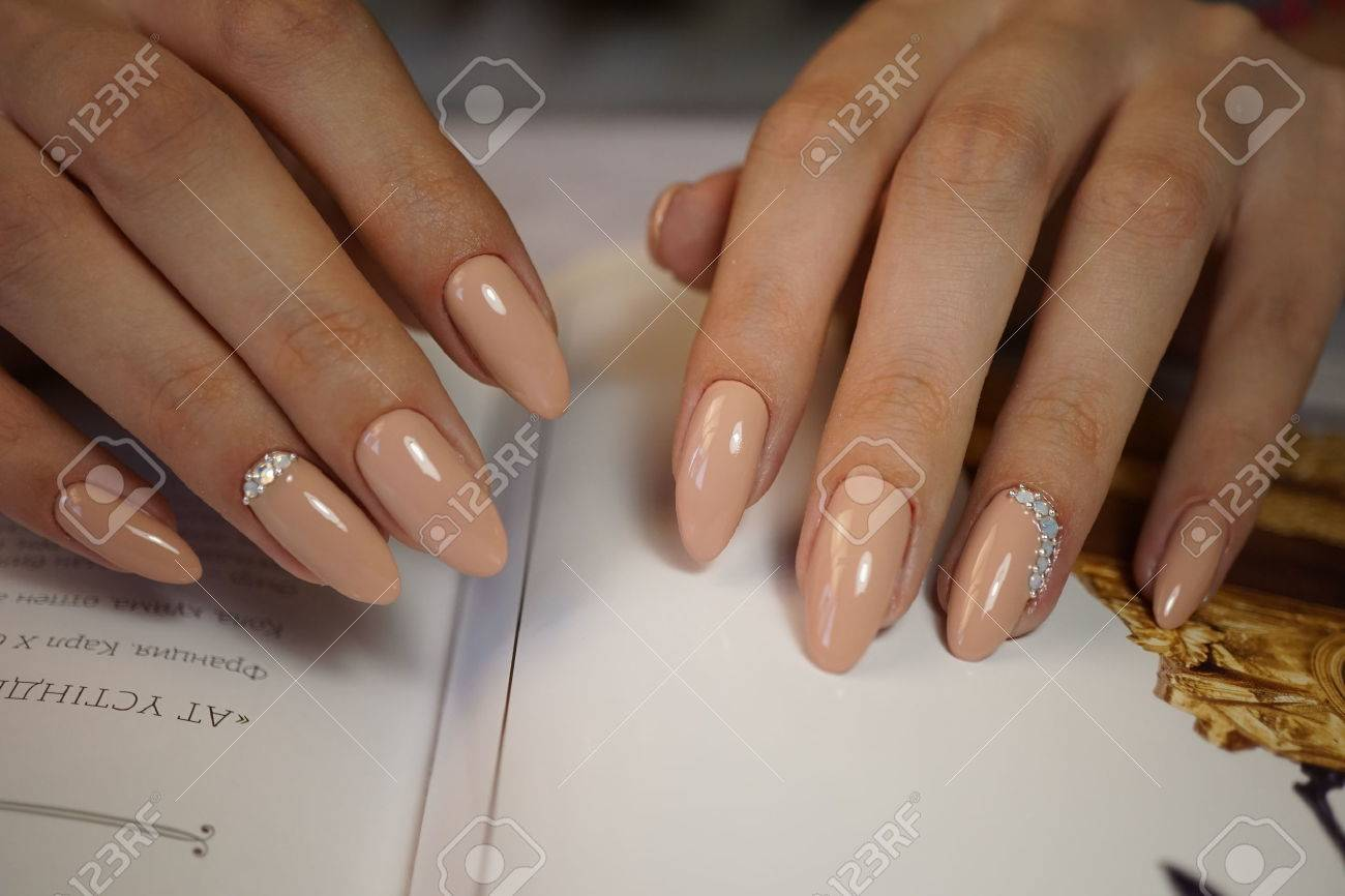 Natural nails with clean manicure. - 63250932