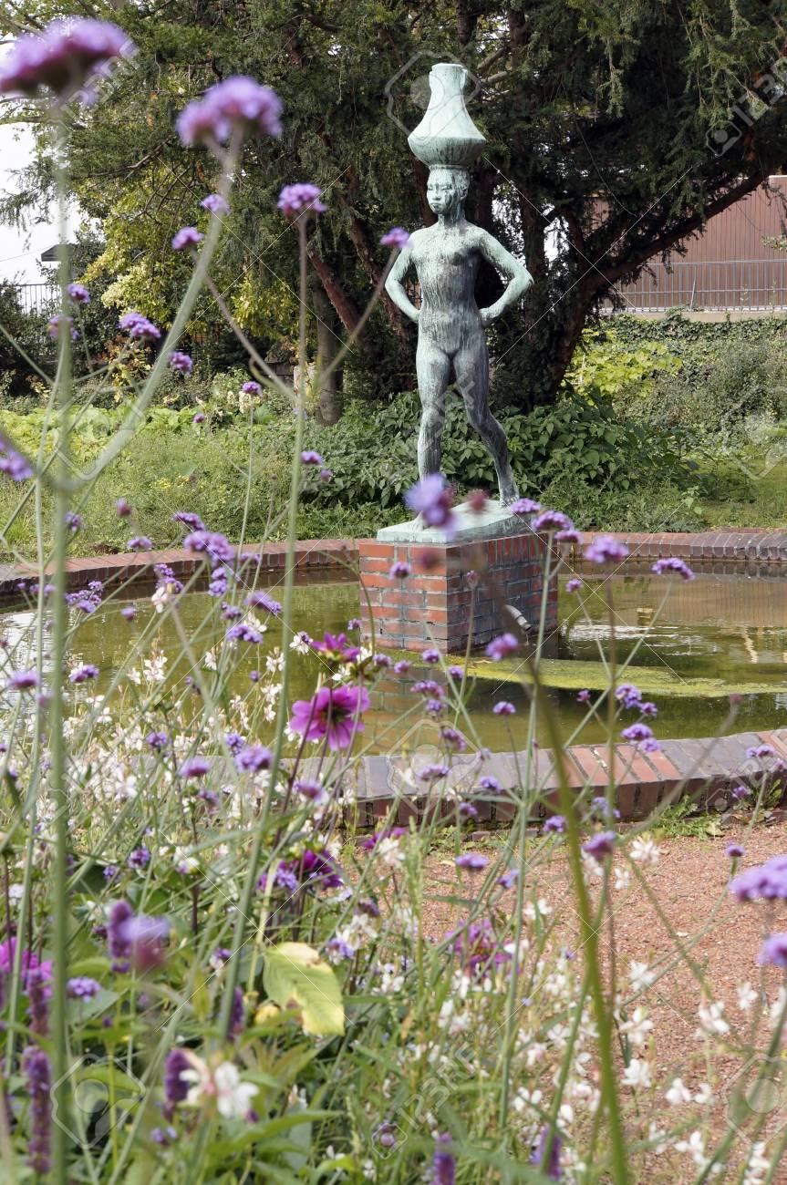 Aparcar En La Terraza Del Rin Con La Escultura Wassertraegerin Düsseldorf Renania Del Norte Westfalia Alemania