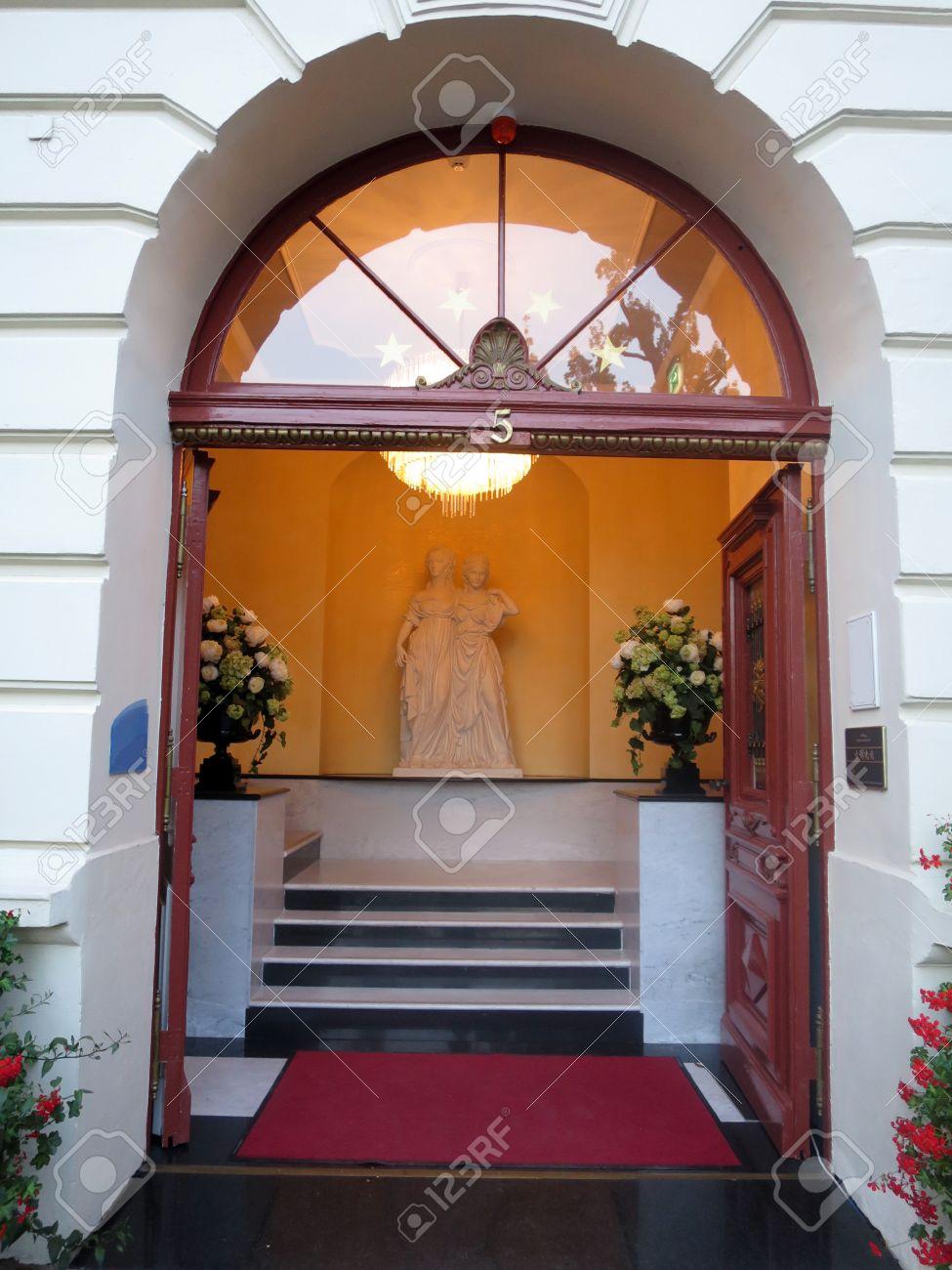 Entrée De Maison Avec Marche entrée de la maison avec des marches en marbre, potsdam, brandebourg,  allemagne