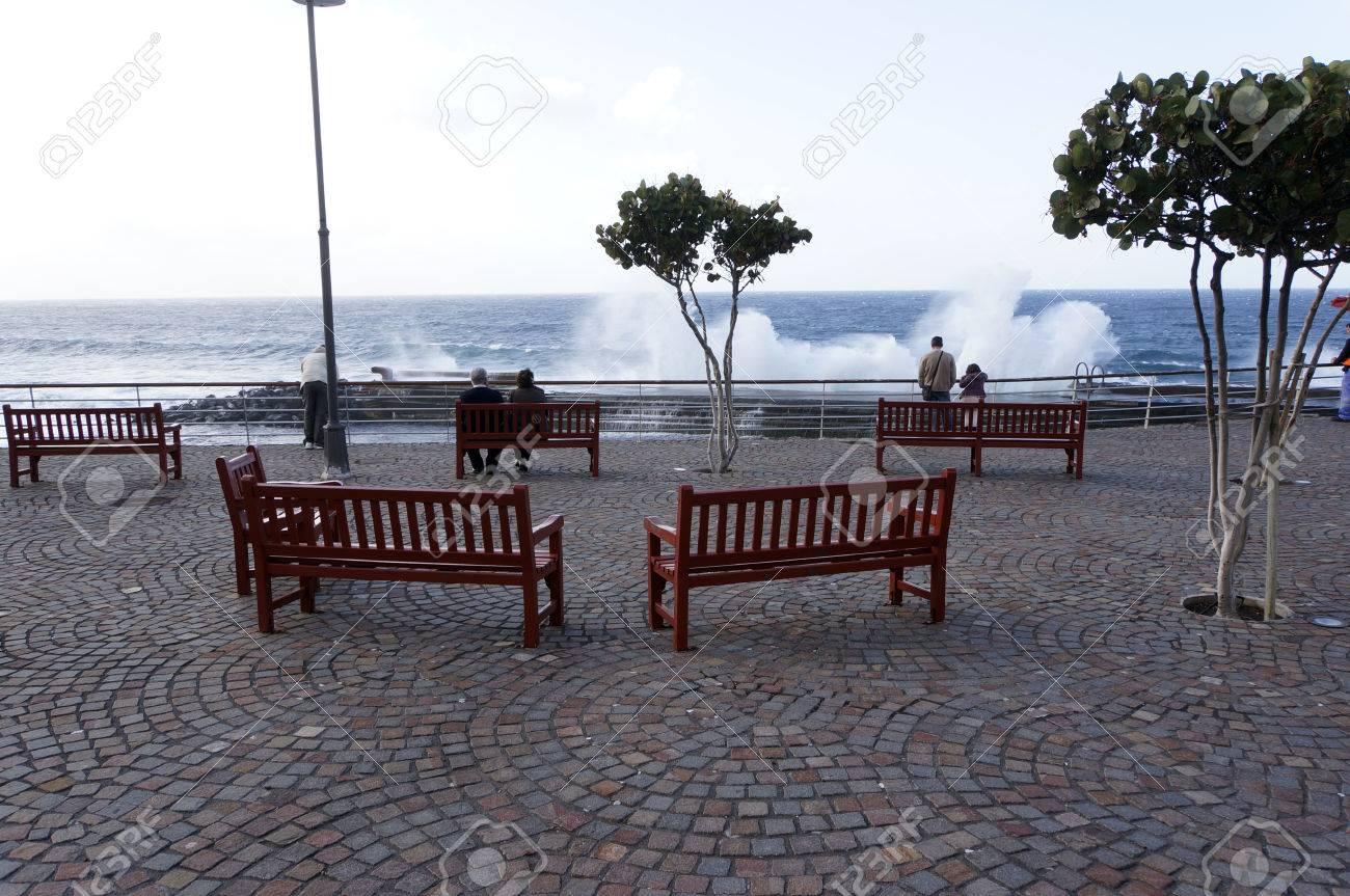 Immagini Stock Coppia Di Anziani Seduti Su Una Panchina A