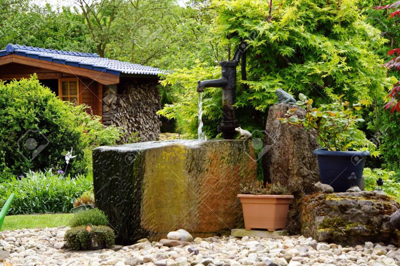 wassertrog mit handpumpe im garten lizenzfreie fotos, bilder und, Hause und Garten