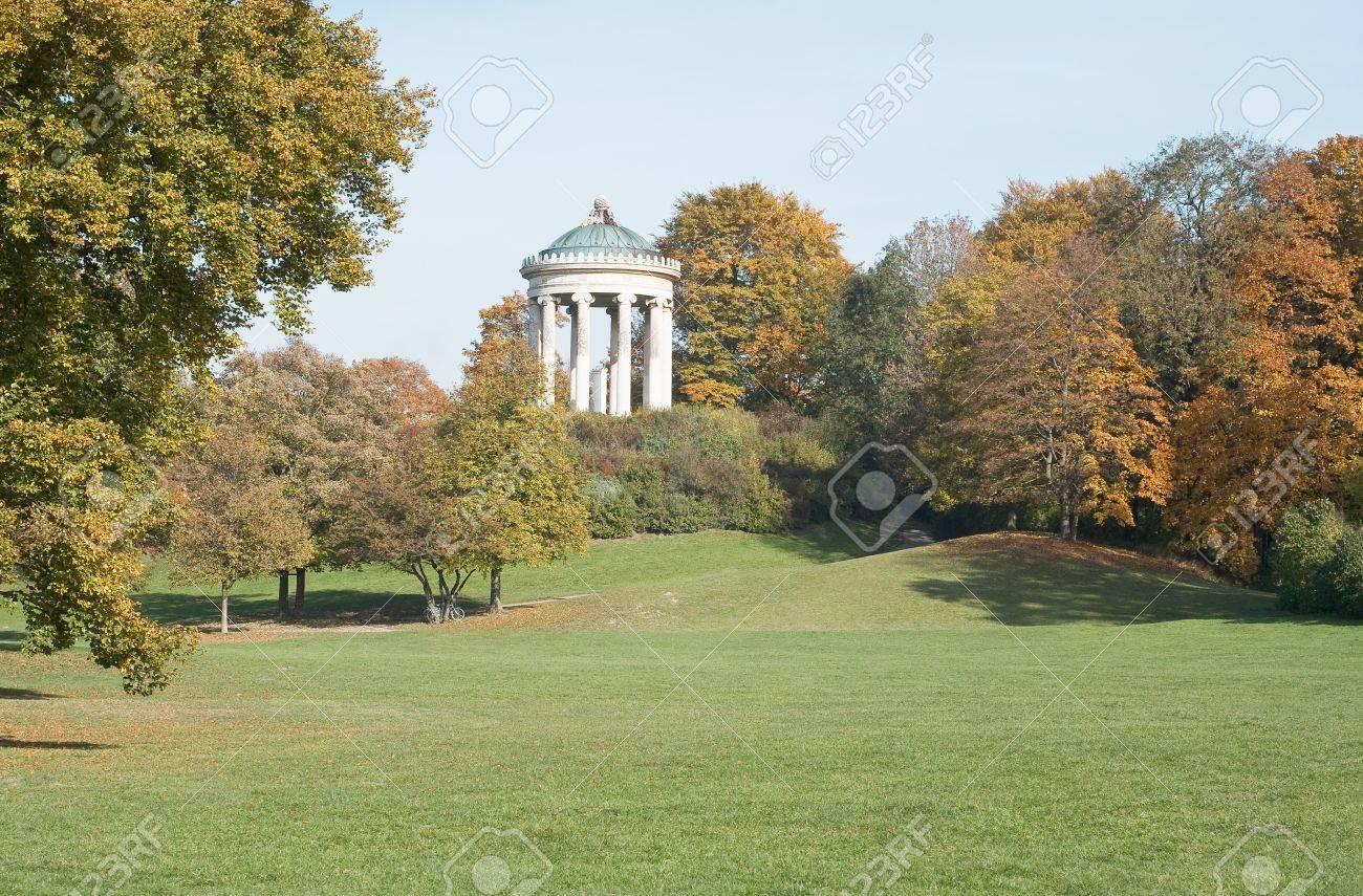 Les Jardins À L Anglaise monopteros dans le jardin à l'anglaise avec des couleurs d'automne