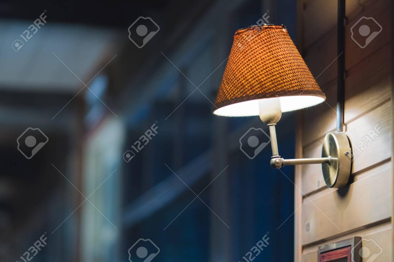 Plafoniere Da Soffitto Vintage : Parete decorata in un caffè cornici vuote sul muro lampade vintage
