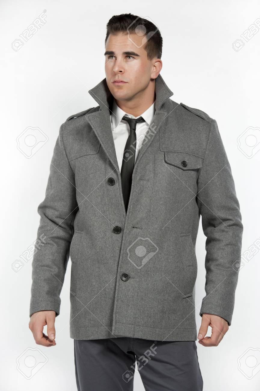 0f54a0ee69 Hombre Blanco Atractivo Con Una Camisa Blanca Y Pantalón Gris Y Equipada  Con Un Cinturón Negro Y Una Chaqueta Gris