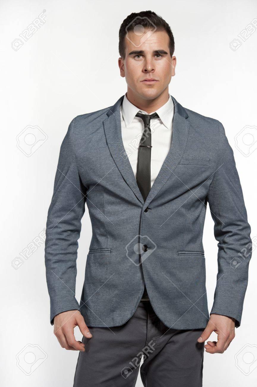 Un Homme Blanc Attrayant Vêtu D un Costume Gris Ajusté Avec Une Chemise  Blanche, Une Cravate Maigre, Un Pantalon Gris Et Une Ceinture Noire En  Studio Sur Un ... ab2933f7c46