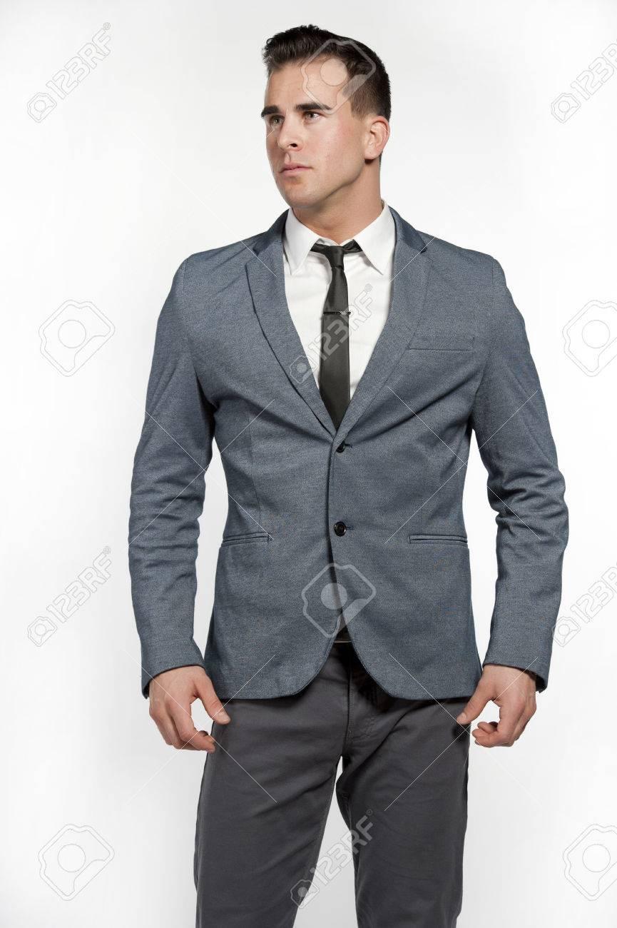 Un Homme De Race Blanche Attrayante Vêtu Dun Costume Gris équipée Avec Une Chemise Blanche Cravate Maigre Un Pantalon Gris Et Une Ceinture Noire