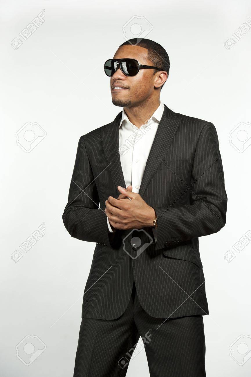 Abajo Medida Negro Con Chaqueta A En De Un Hombre Blanca Una Traje Joven Que Botón Gafas Estilo Moda SolCamisa Llevaba Ambiente OPuXiwkZT