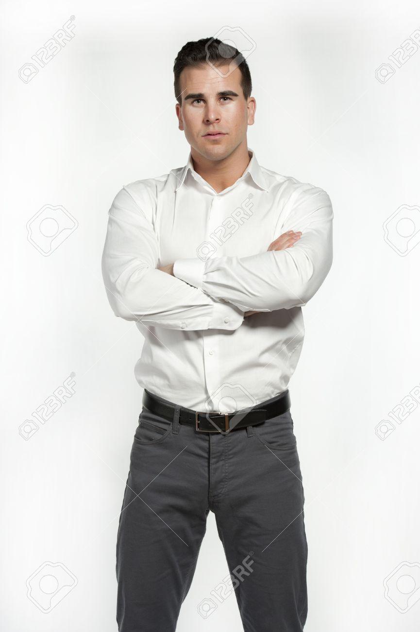b06d265b044ca Atractivo Hombre Blanco Que Llevaba Una Camisa Blanca Y Pantalón Gris  Equipada Con Un Cinturón Negro