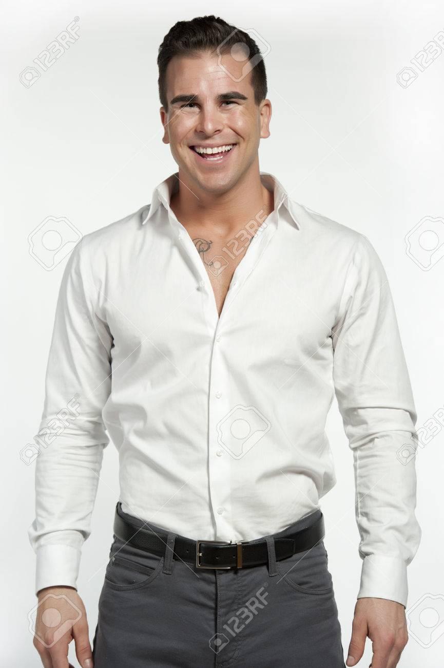 ec458fa51a Hombre Blanco Atractivo Con Una Camisa Blanca Y Pantalón Gris Y Equipada  Con Un Cinturón Negro