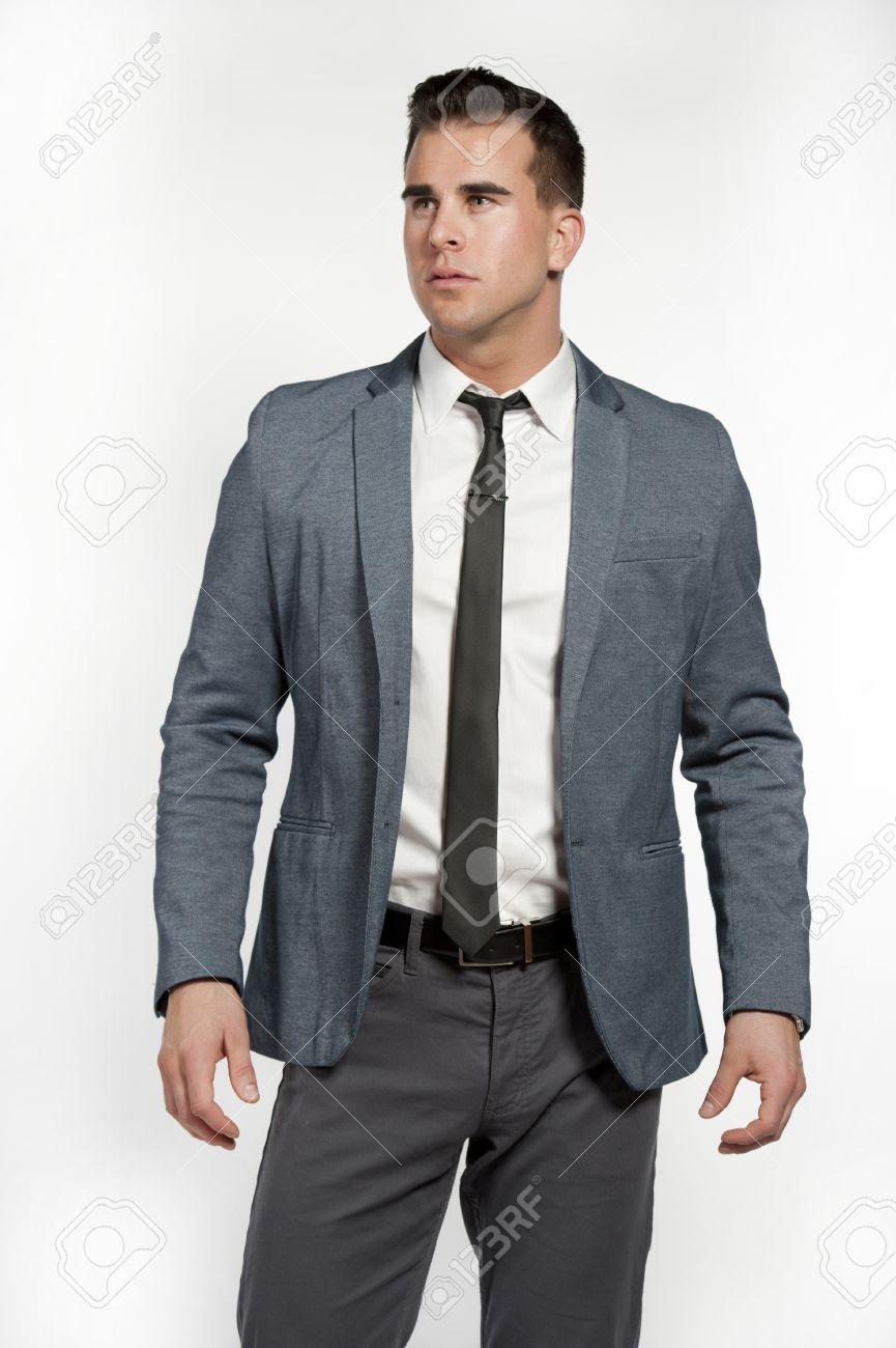 Un Homme De Race Blanche Attrayante Vêtu D un Costume Gris équipée Avec Une  Chemise Blanche, Cravate Maigre, Un Pantalon Gris Et Une Ceinture Noire  Dans Un ... 22e96fdf3db