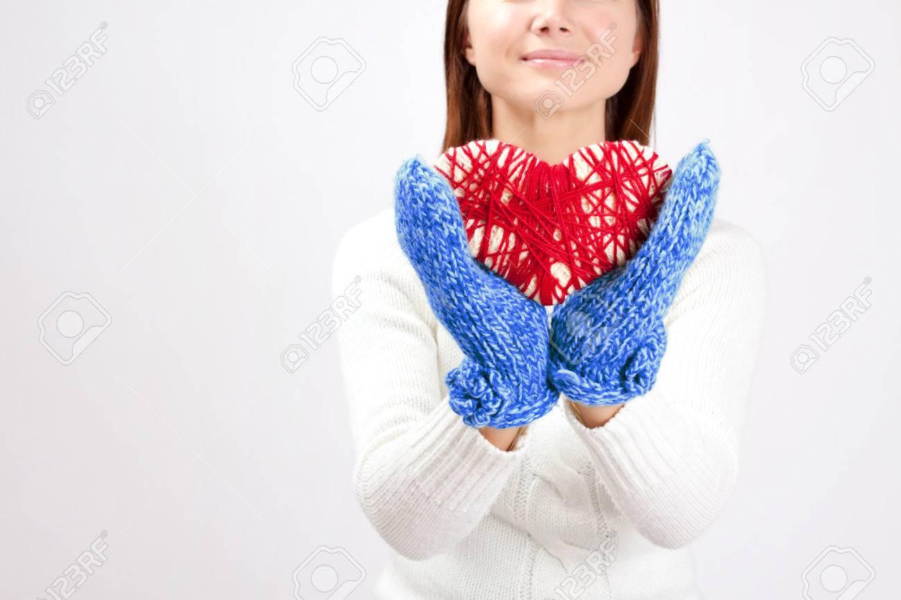 Mujer Atractiva Vistiendo Suéter Tejido Es La Celebración De Un Día ...