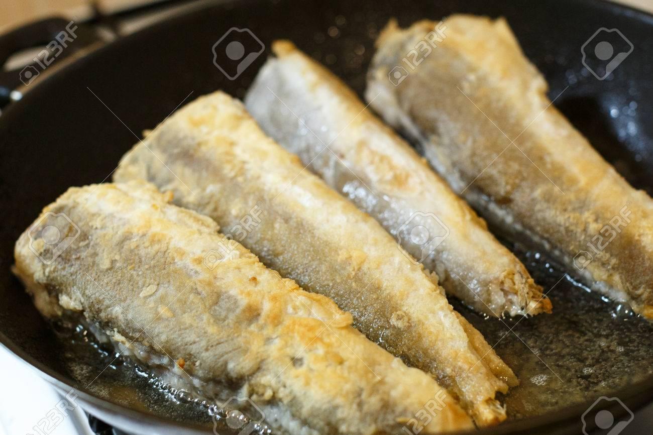 Gebratener Seehecht Fischfilet In Einer Pfanne In Küche Lizenzfreie ...