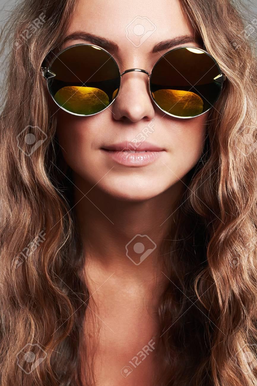 8459f79568 fille avec lunette de soleil. Belle Jeune Femme En Lunette De Soleil.fashion