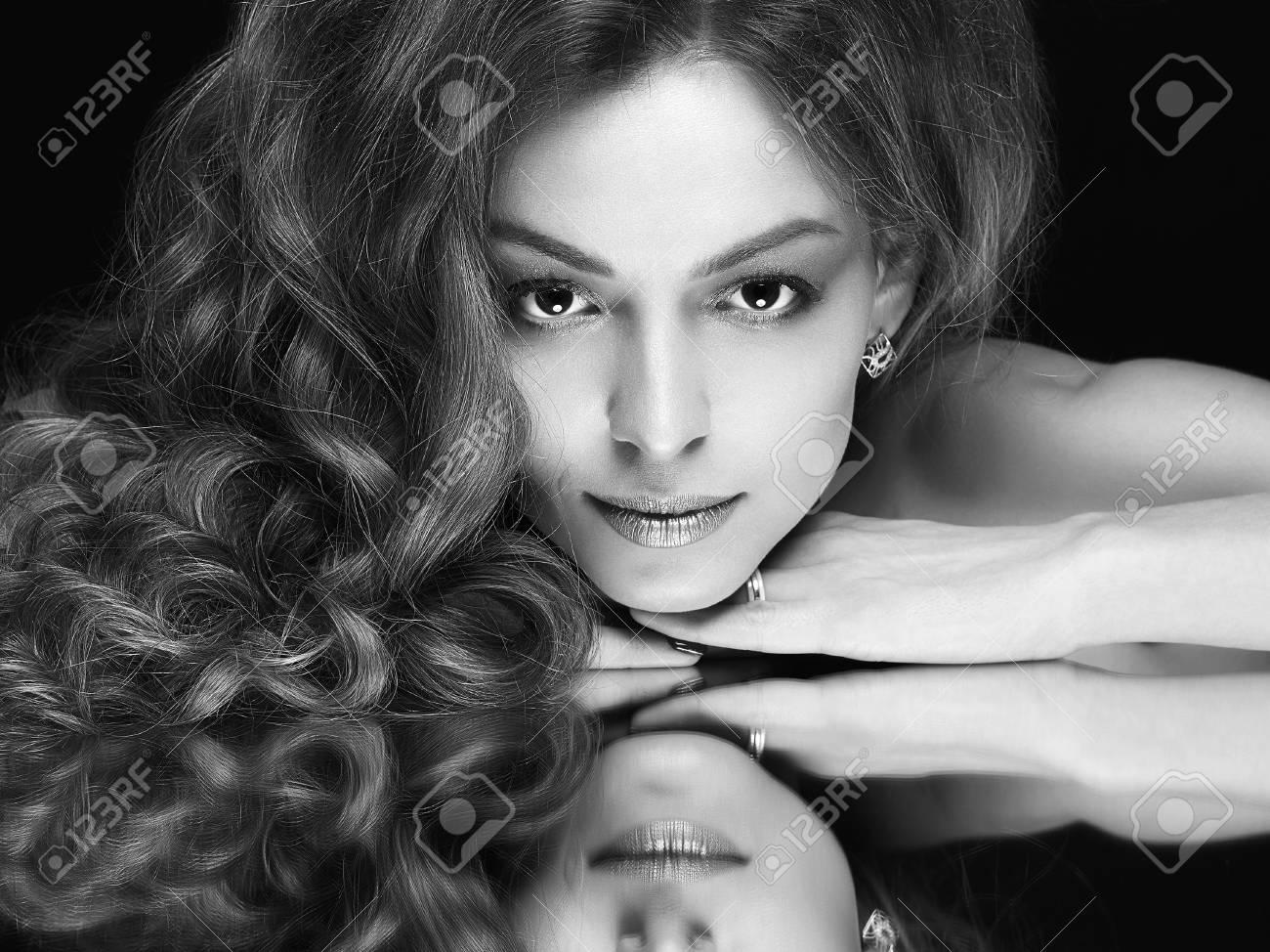 Schöne Frau Mit Spiegelbild Vorbildliches Mädchen Der Schönheit Mit