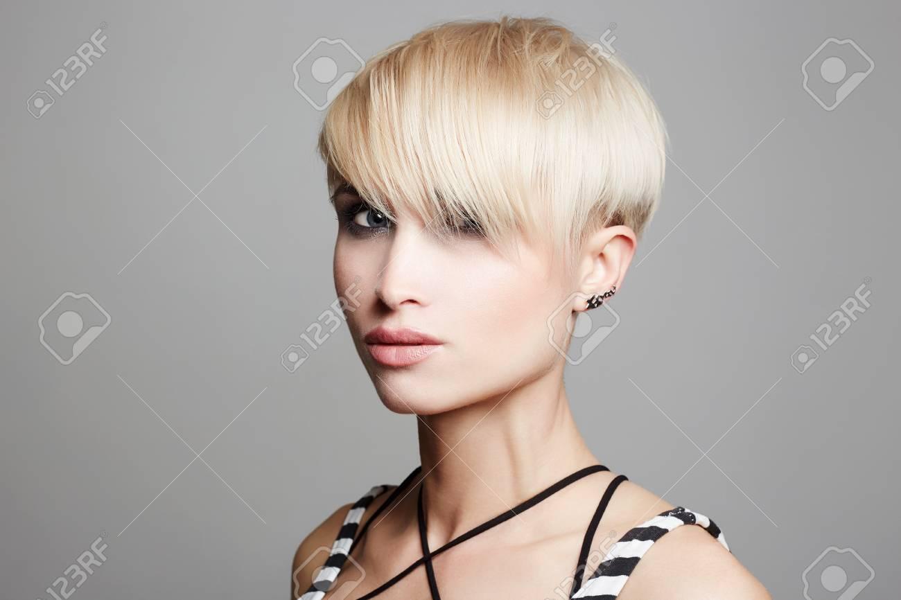 Belle Femme à La Mode Coupe Courtechaussée Blonde à Cheveux
