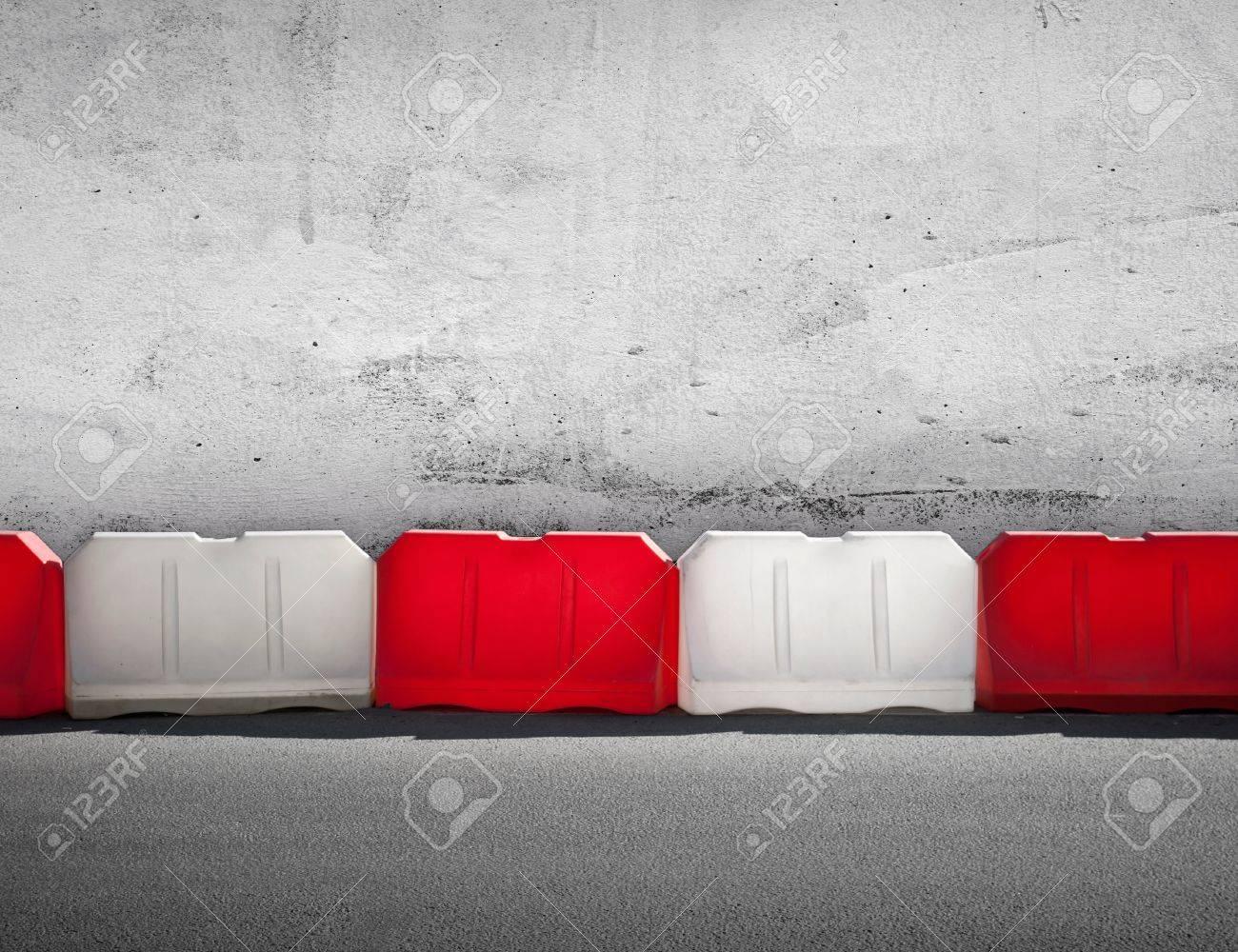 Rote Und Weiße Schranke Vor Betonwand Lizenzfreie Fotos, Bilder Und ...