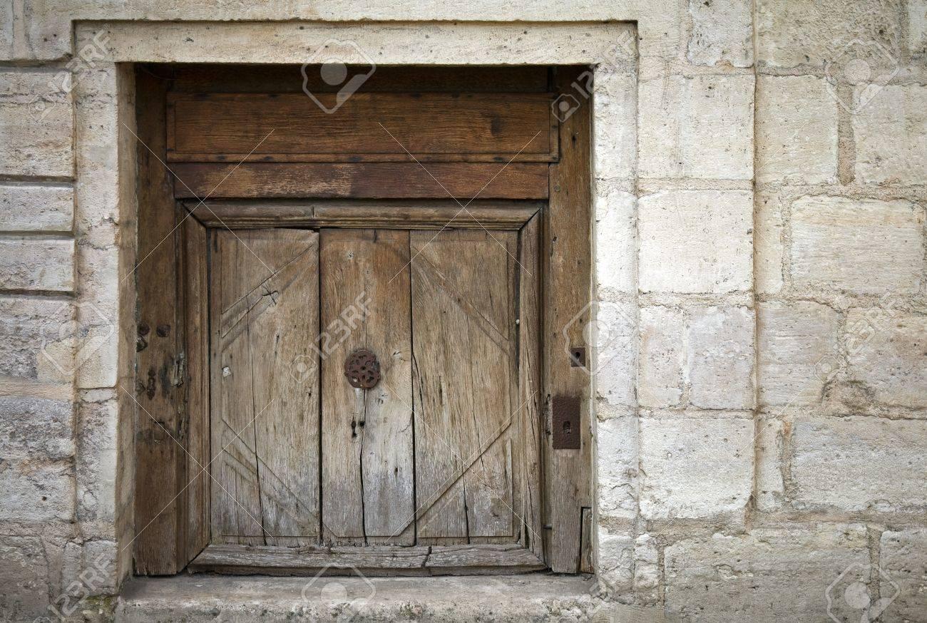 Vieux Portail En Bois mur de pierre d'un immeuble ancien avec le vieux portail en bois surmonté