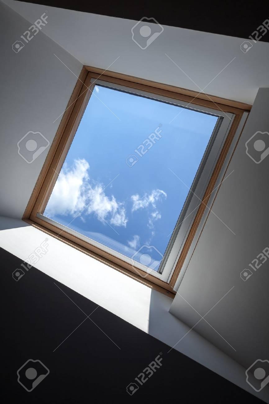 Fragment De Plafond Moderne Avec Fenetre Et Ciel Bleu Derriere Elle