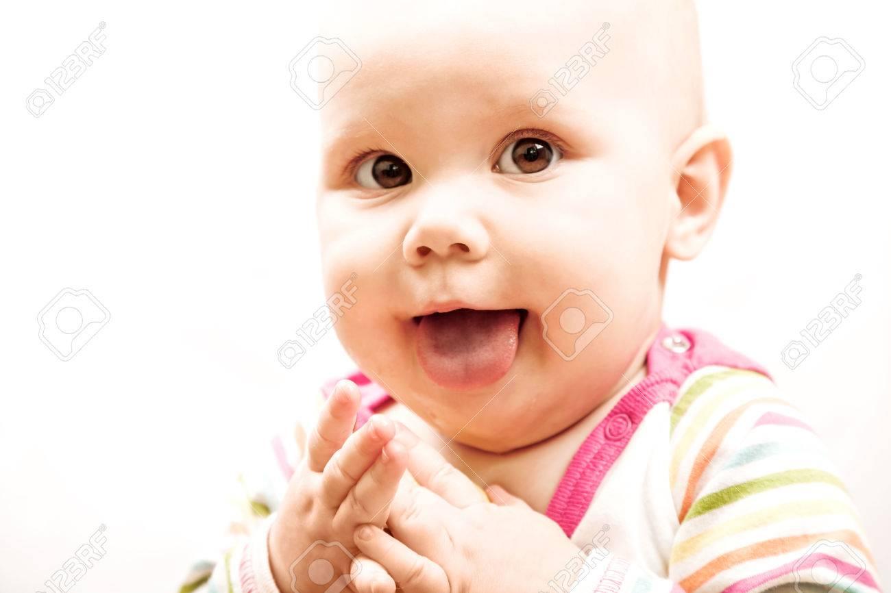 Фото ребенка показывающего язык