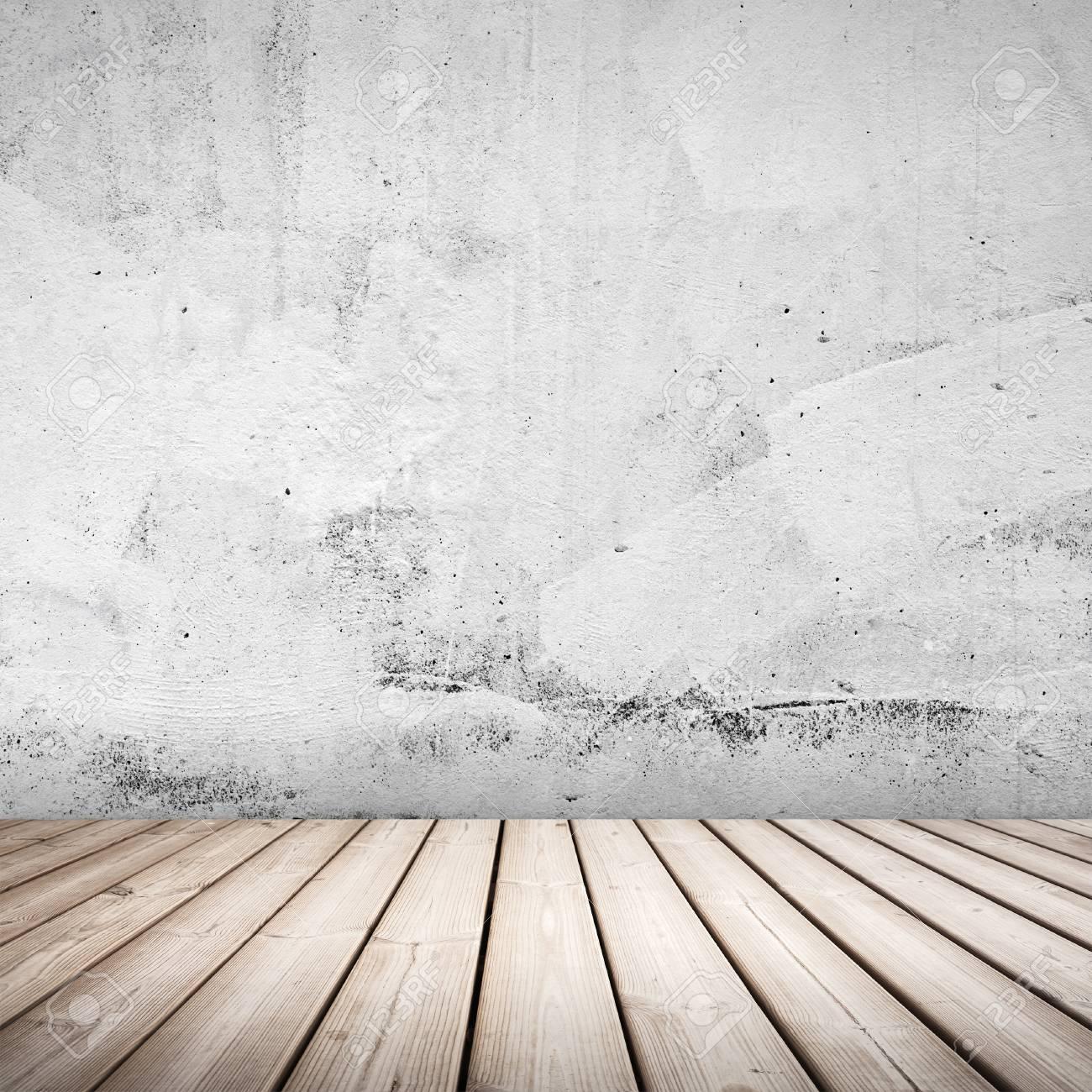 Vide fond blanc intérieur en béton avec un sol en bois