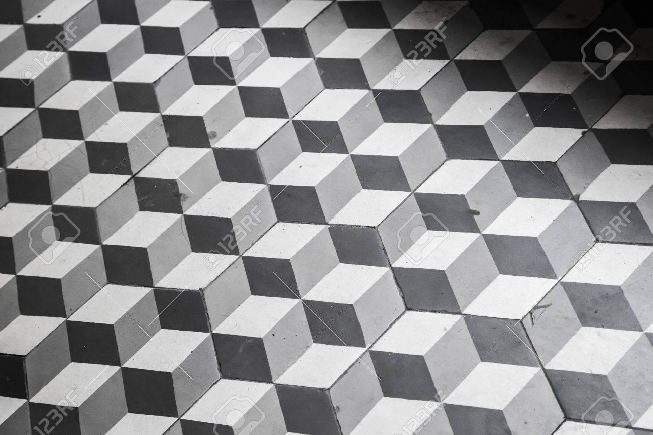 Old piastrelle in bianco e nero sul pavimento modello cubico