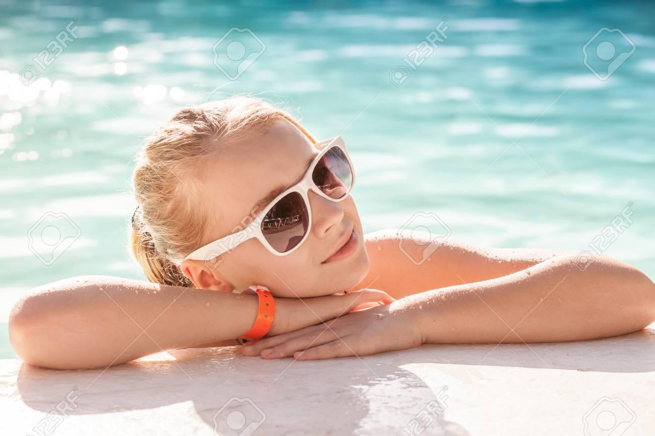 a418759b59 Banque d'images - Belle petite fille blonde avec des lunettes de soleil  dans la piscine extérieure, close-up portrait été