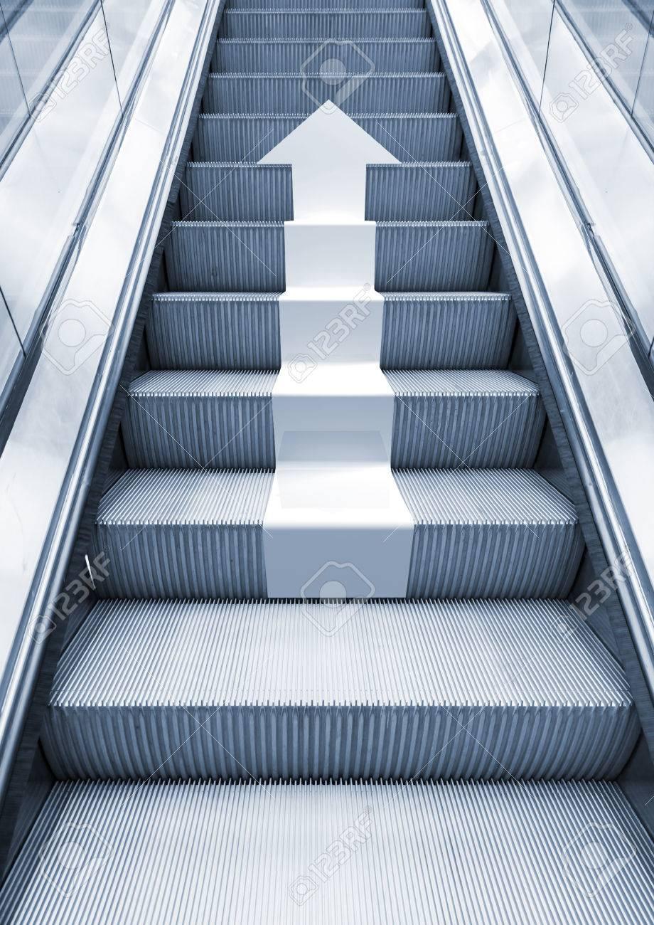 luminoso escalera de metal con la flecha blanca subiendo efecto de perspectiva tonos azules