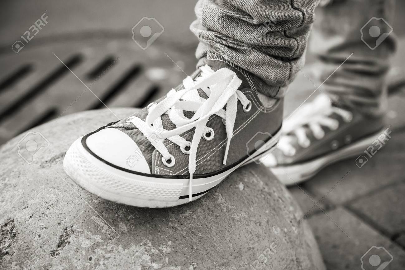Blanc UrbainePhoto Noir Shallow Thème Nouvelles Au Point De MarqueLe Sélective Dof La Et Mise Marche En Chaussures Avec WIYEDH92