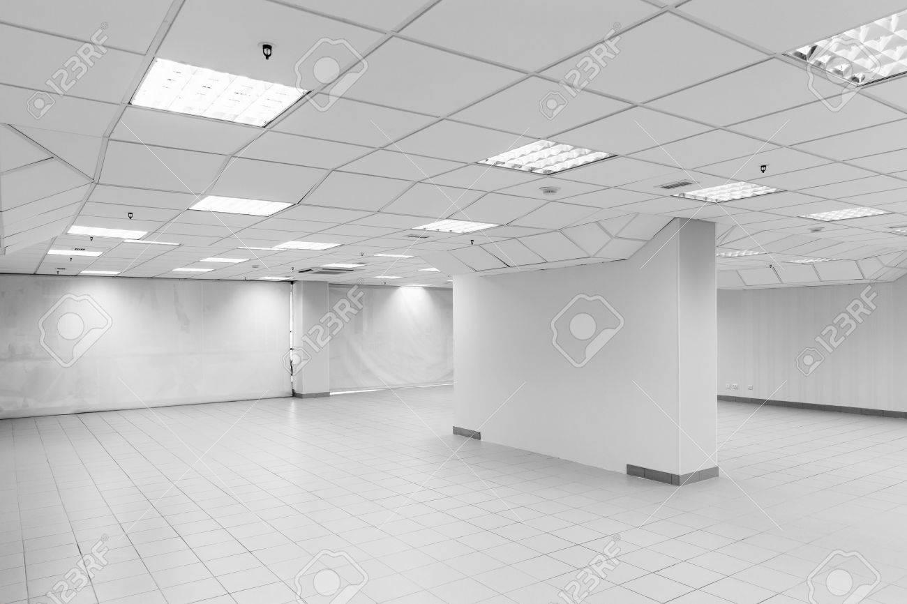 Open space abstraite intérieur blanc de bureau vide avec les murs