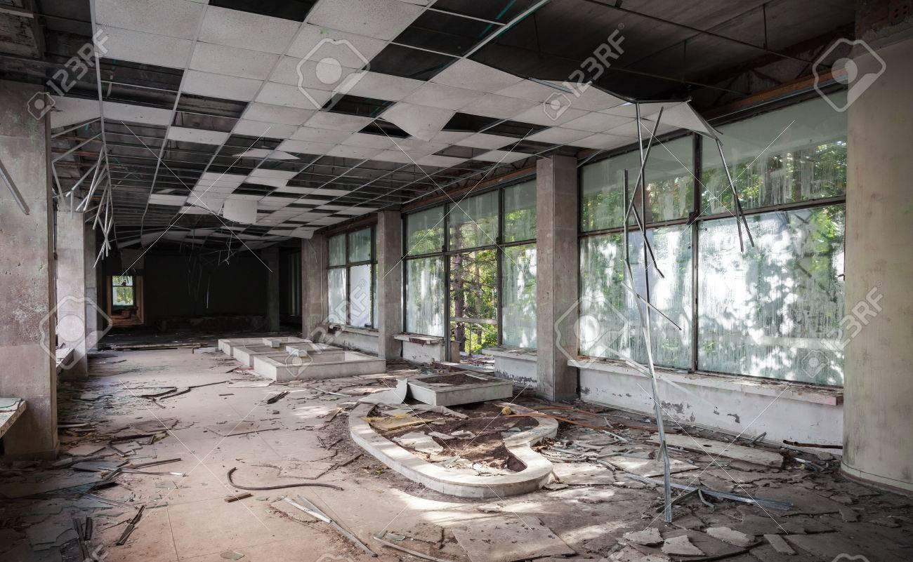 Verlassene Gebäude Interieur. Korridor Perspektive Mit Gebrochenen ...