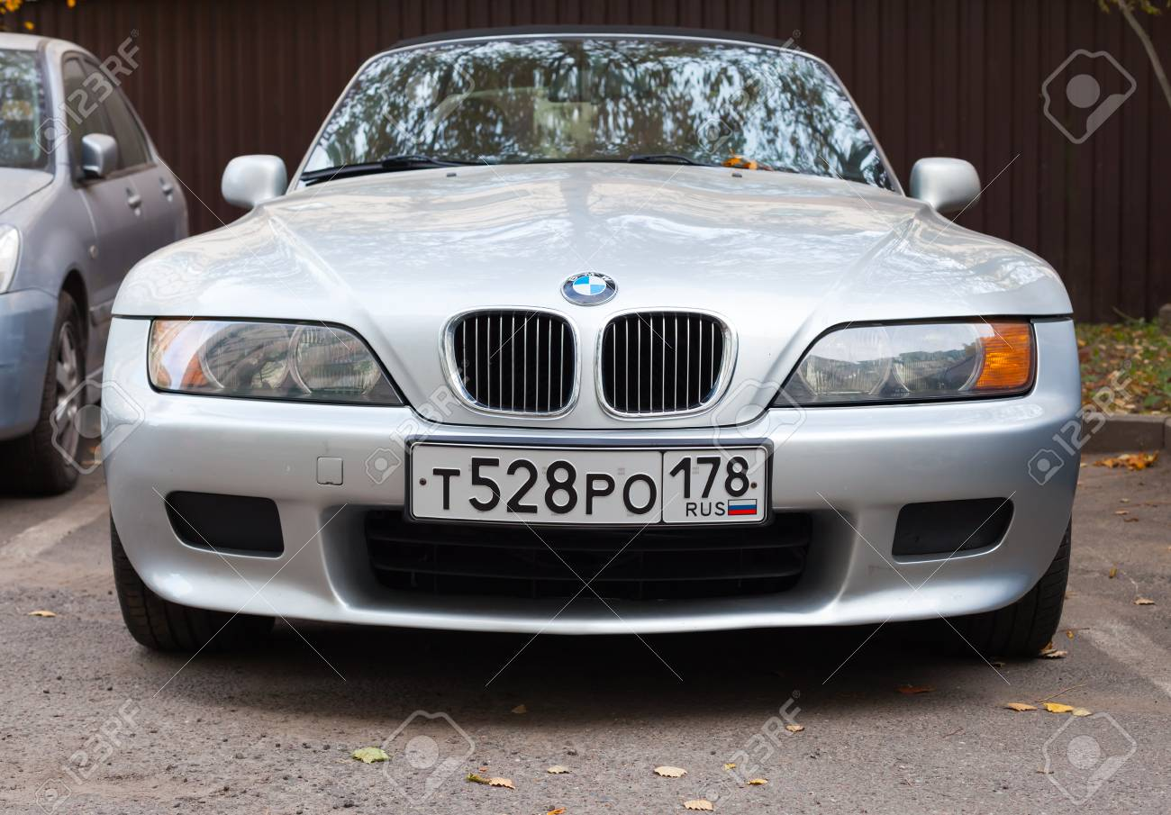2018 - [BMW] Z4 (G29) - Page 6 46588195-saint-p%C3%A9tersbourg-russie-17-octobre-2015-la-voiture-bmw-z3-gris-argent%C3%A9e-est-gar%C3%A9e-sur-le-bord-de-la-route