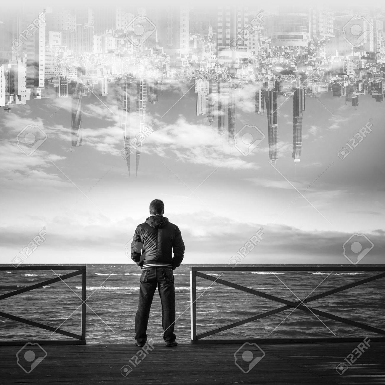 Immagini Stock Il Giovane Protagonista Sul Mare Con La Città Nel