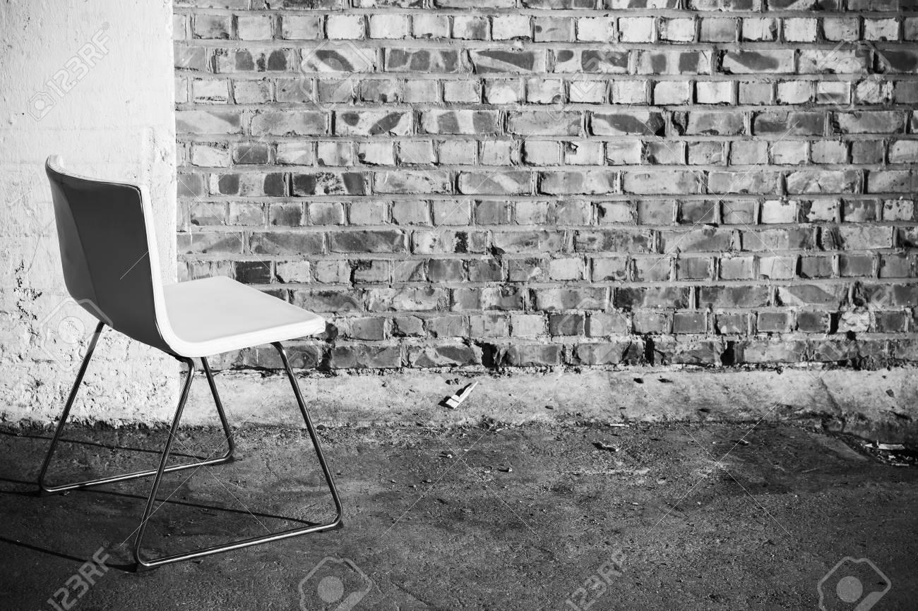 Abstrait intérieur vide chaise de bureau blanc se trouve sur le sol