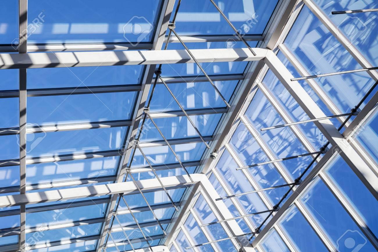Resumen De Alta Tecnología De Fondo De La Arquitectura La Estructura Interna De Arco De Techo De Cristal Con Las Secciones De Windows Bloqueables