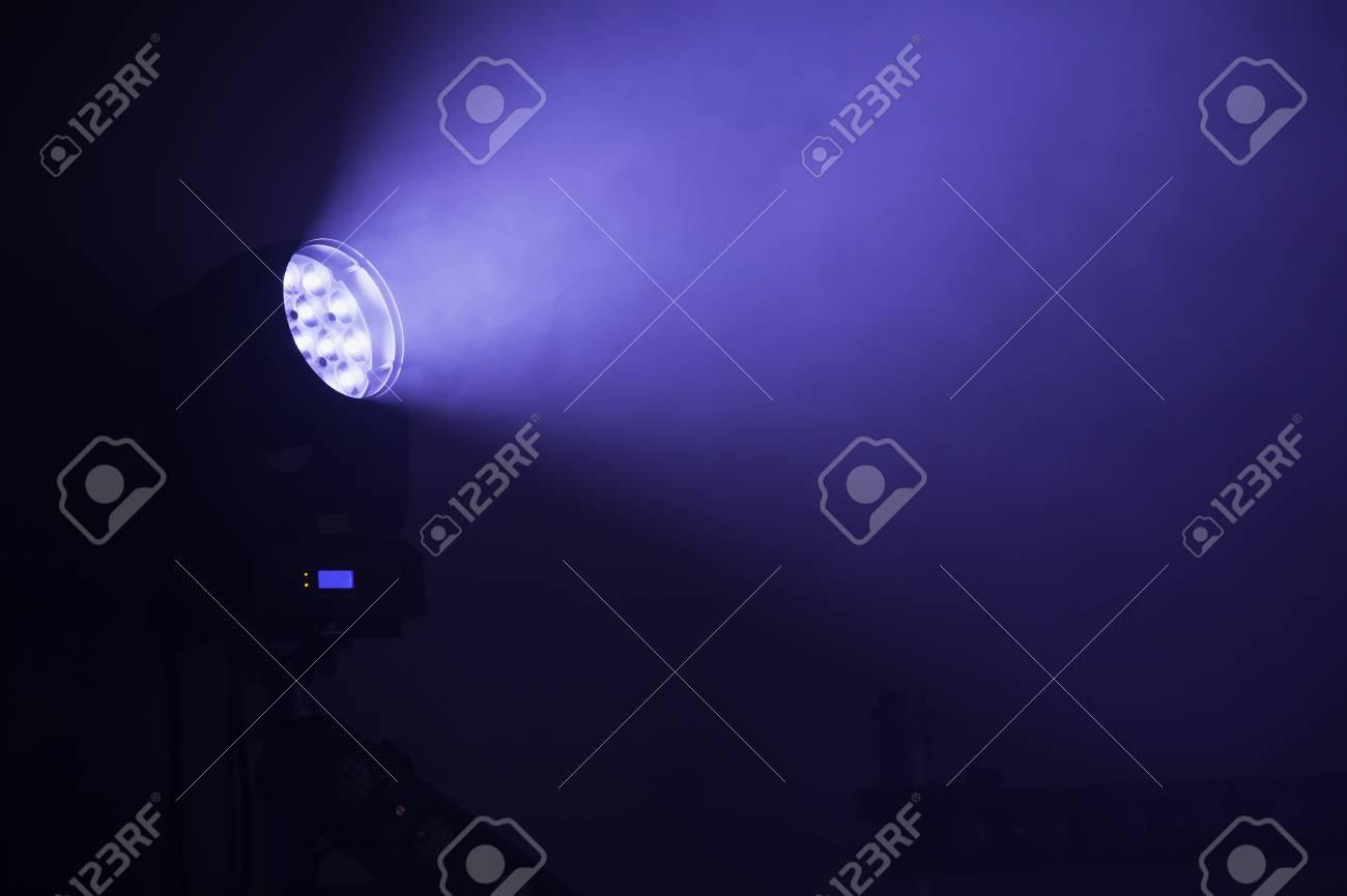c4c708836 Foco LED con luz azul en el humo, equipo de iluminación de escenario Foto de
