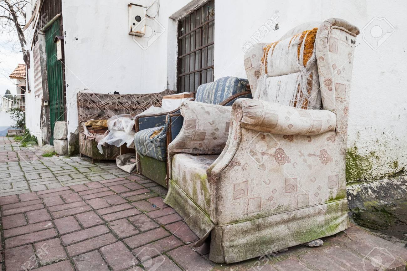 Muebles Abandonados Viejos En La Calle Estrecha De Izmir, Turquía ...