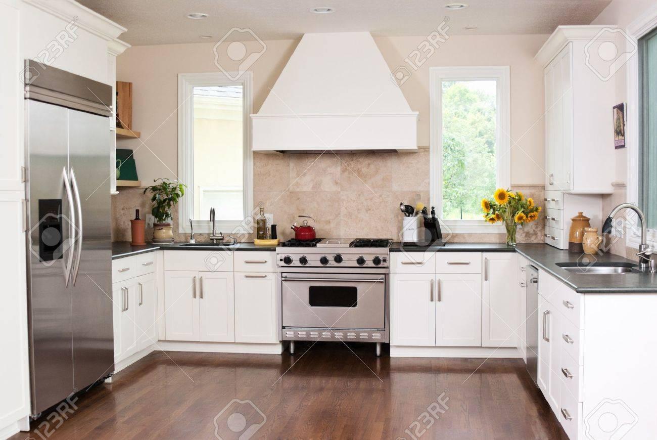 Gourmet-Küche In Ein Neues Zuhause Lizenzfreie Fotos, Bilder Und ...