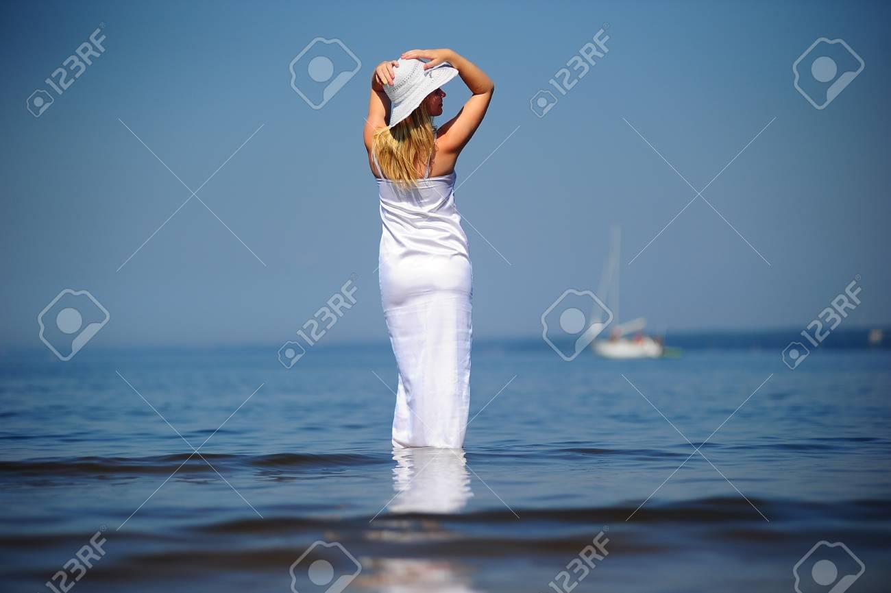 niña en un vestido blanco en el mar Foto de archivo - 8497805