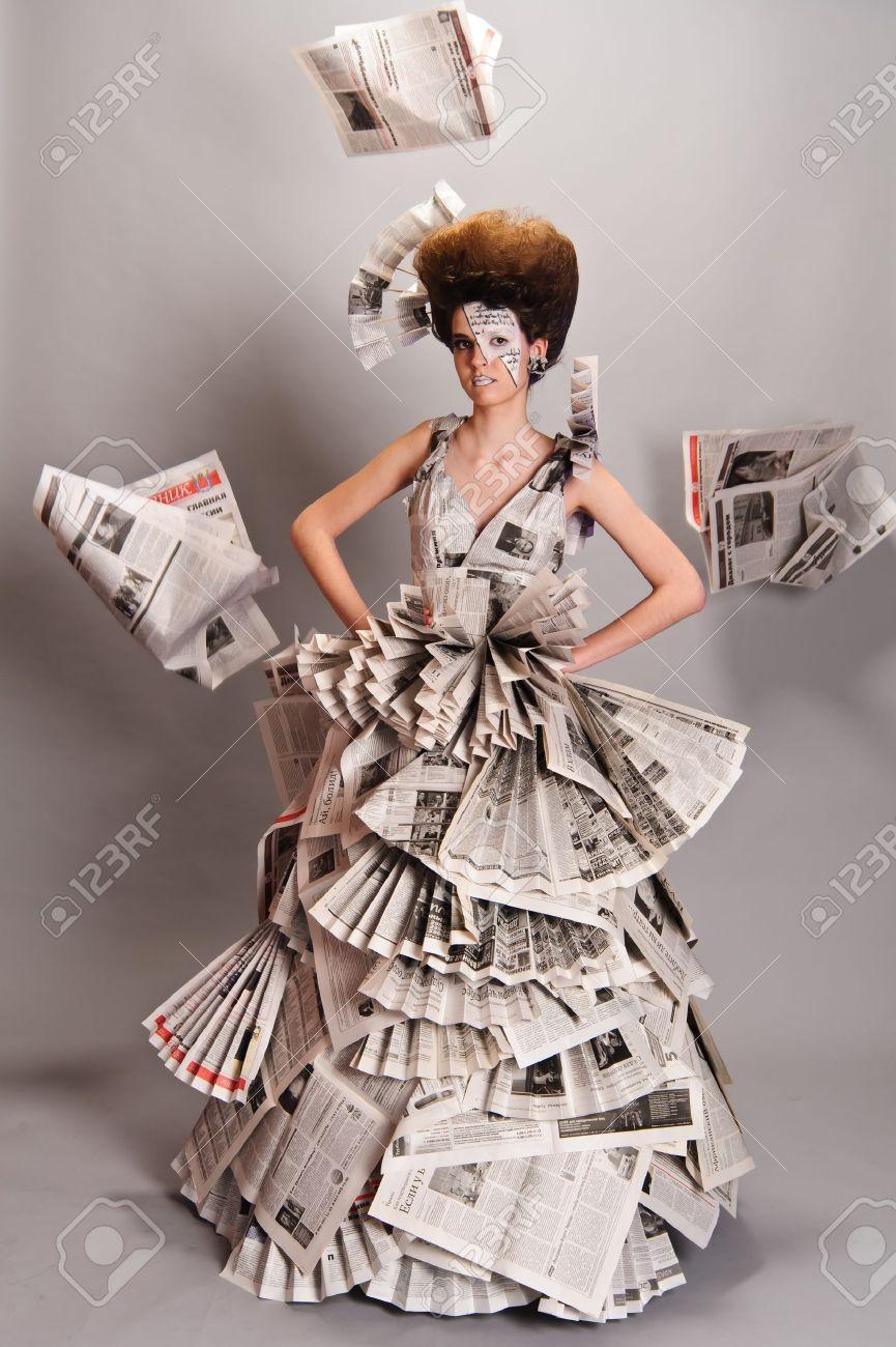 Retrato De Una Chica Guapa En Un Vestido De Periódico