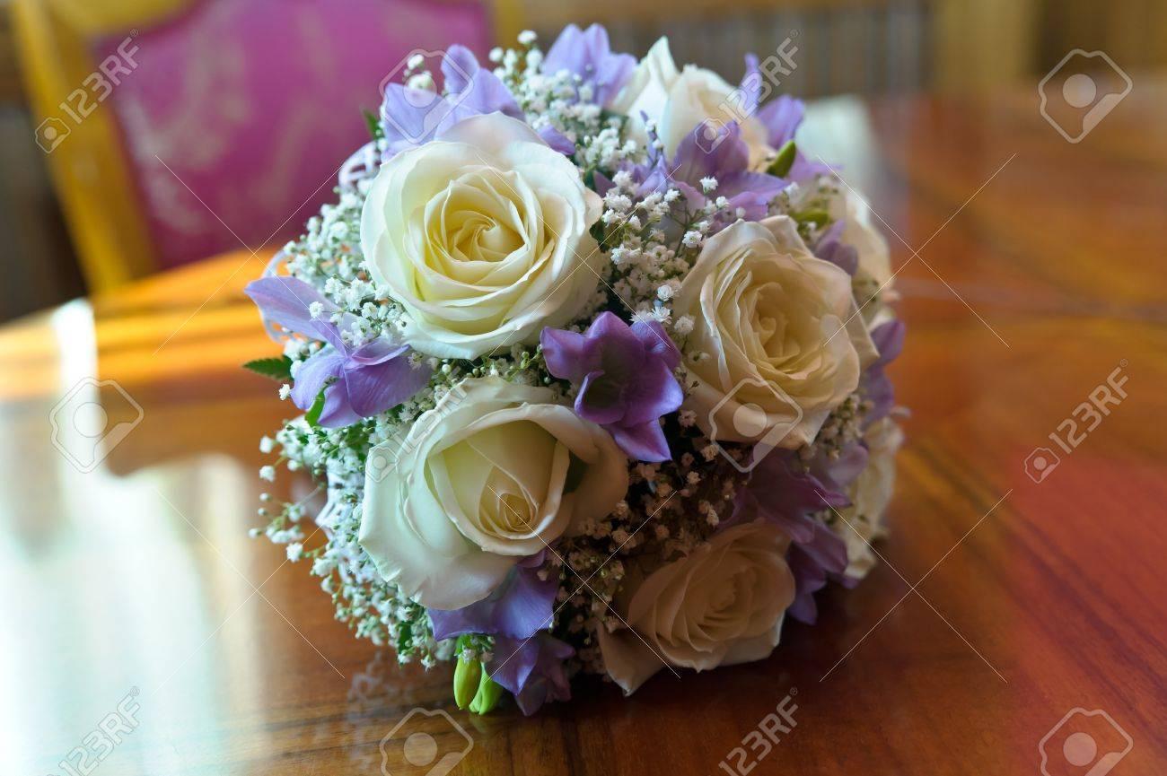 Weisser Flieder Hochzeitsstrauss Auf Dem Tisch Lizenzfreie Fotos