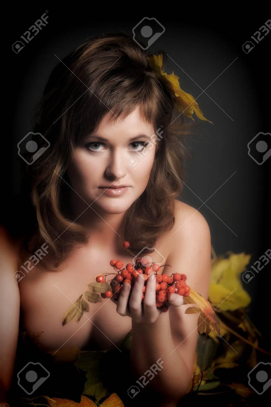 Retrato De Hermosas Chicas Sexy Con Un Montón De Cenizas En La Mano