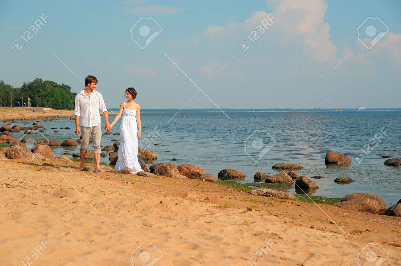 couple in love going to the beach Stock Photo - 11420761