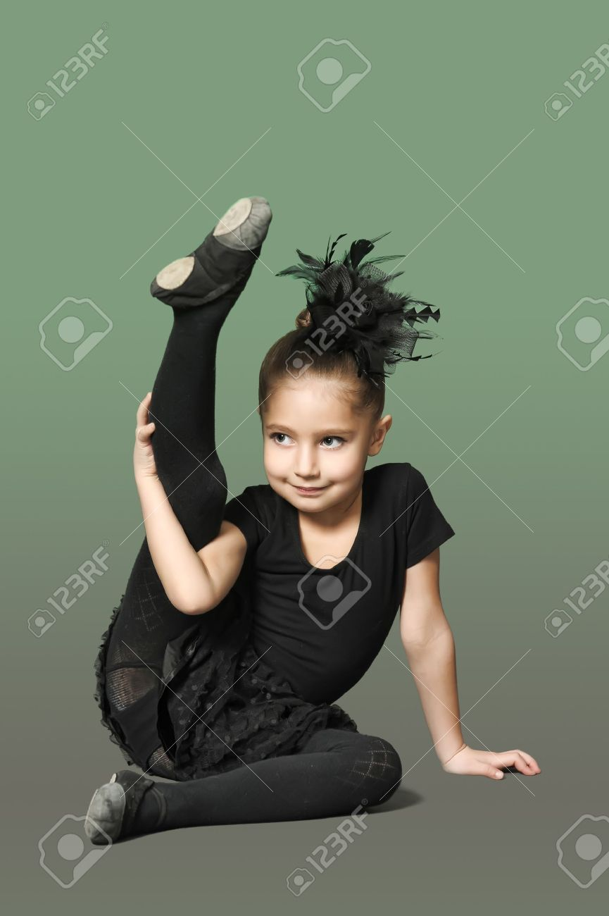 Little girl ballerina Stock Photo - 13682319