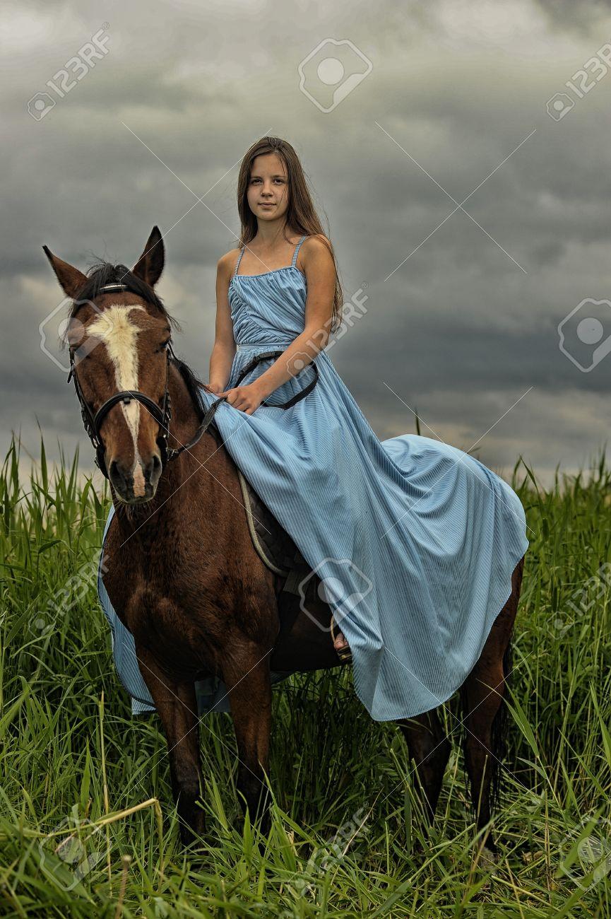 Фото девушки в платье на лошади