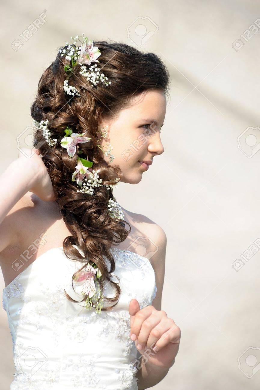 Madchen Mit Einer Hochzeit Frisur Mit Blumen Lizenzfreie Fotos