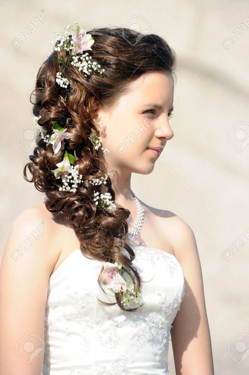 Mädchen mit einer Hochzeit Frisur