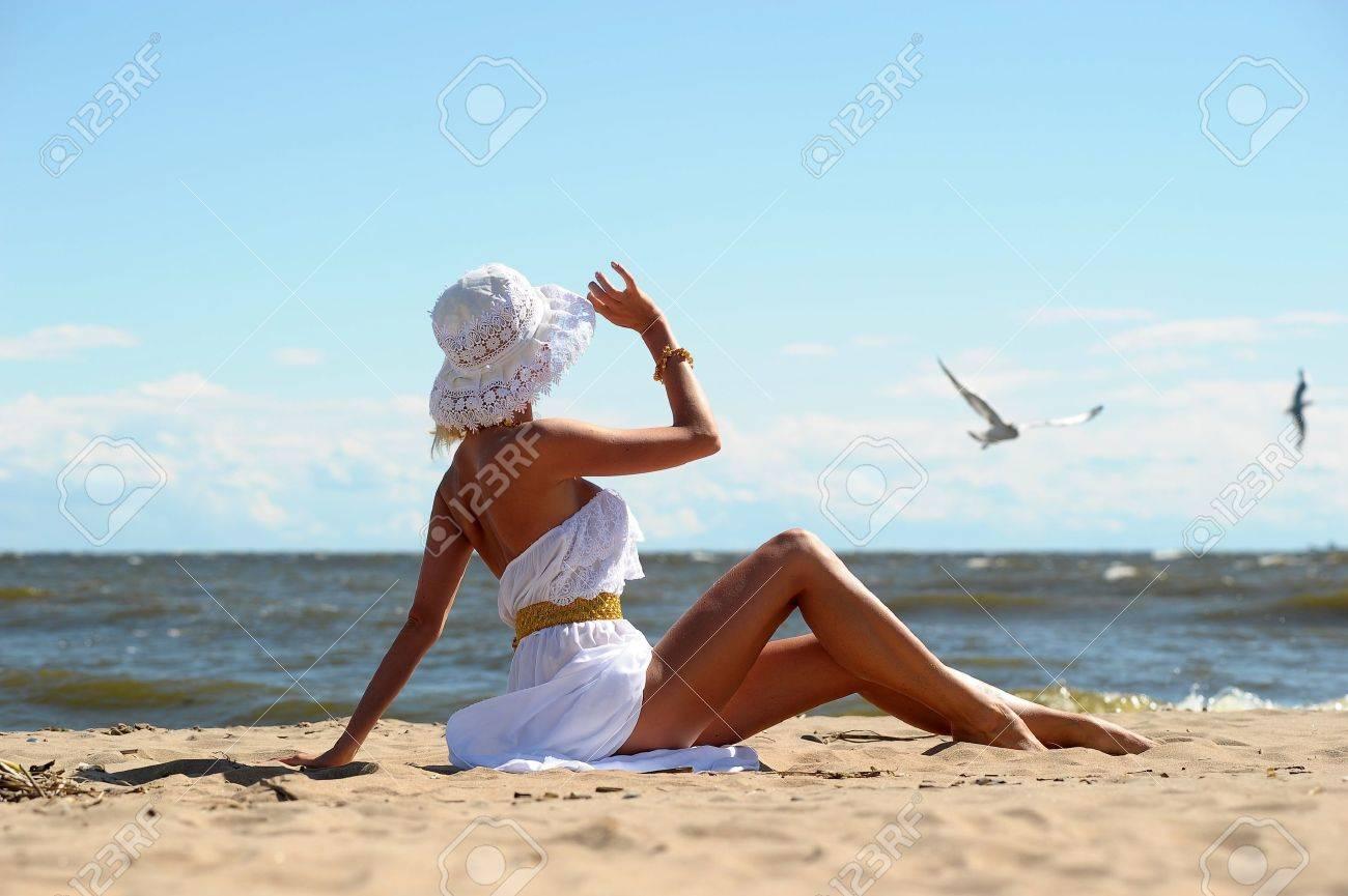 Фото на пляже со шляпой