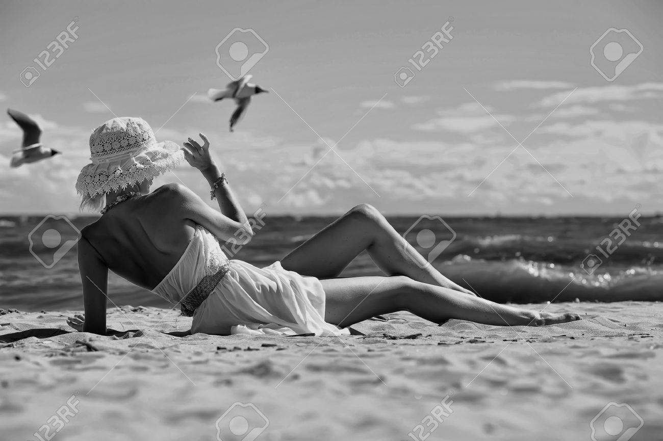 the girl in a dress and hat on the beach Stock Photo - 14999980